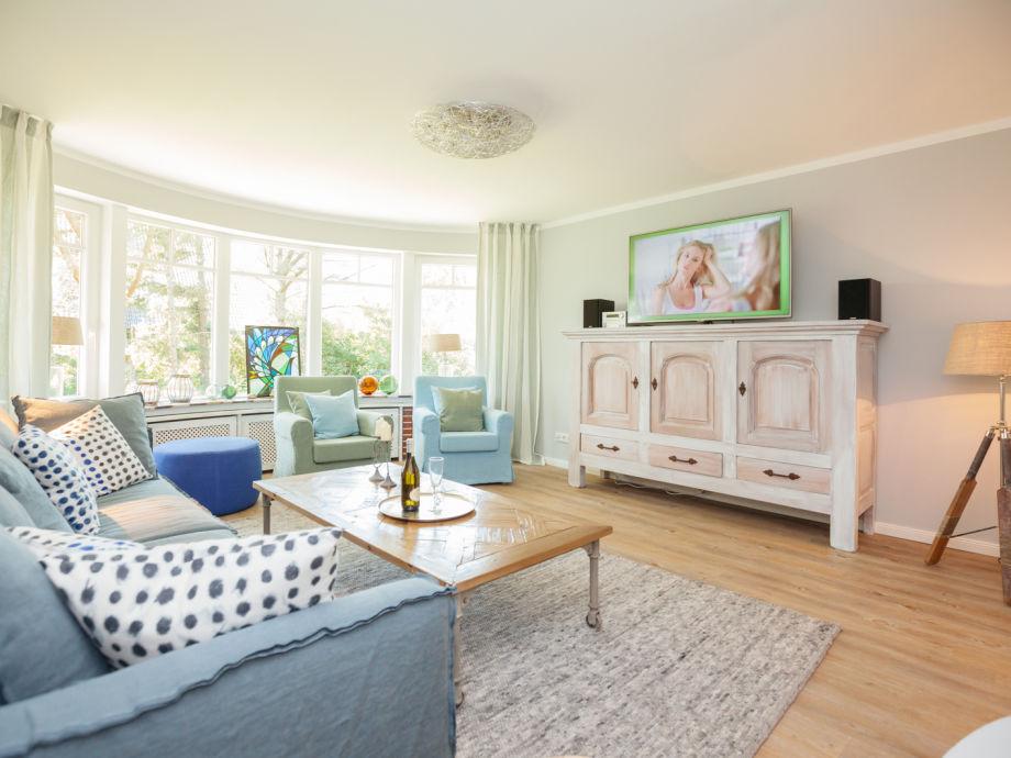 Das tolle Wohnzimmer mit riesengroßem Flachbildschirm
