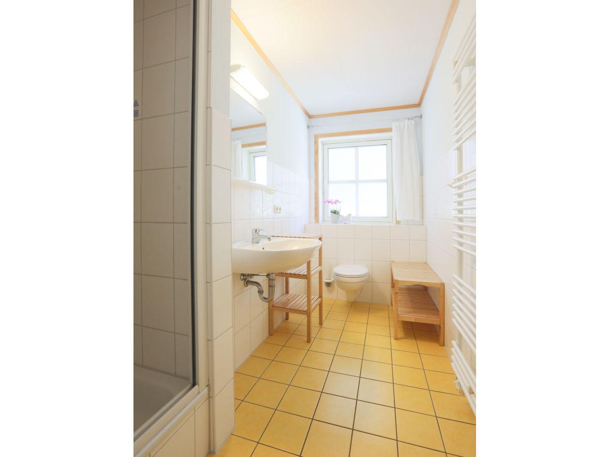 ferienwohnung 3 im strandhaus wiek mit terrasse zum wasser wiek firma strandhaus wiek herr. Black Bedroom Furniture Sets. Home Design Ideas