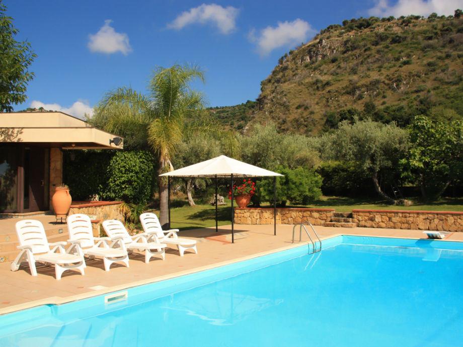 Privater Pool mit Pergola und Sonnenschirmen