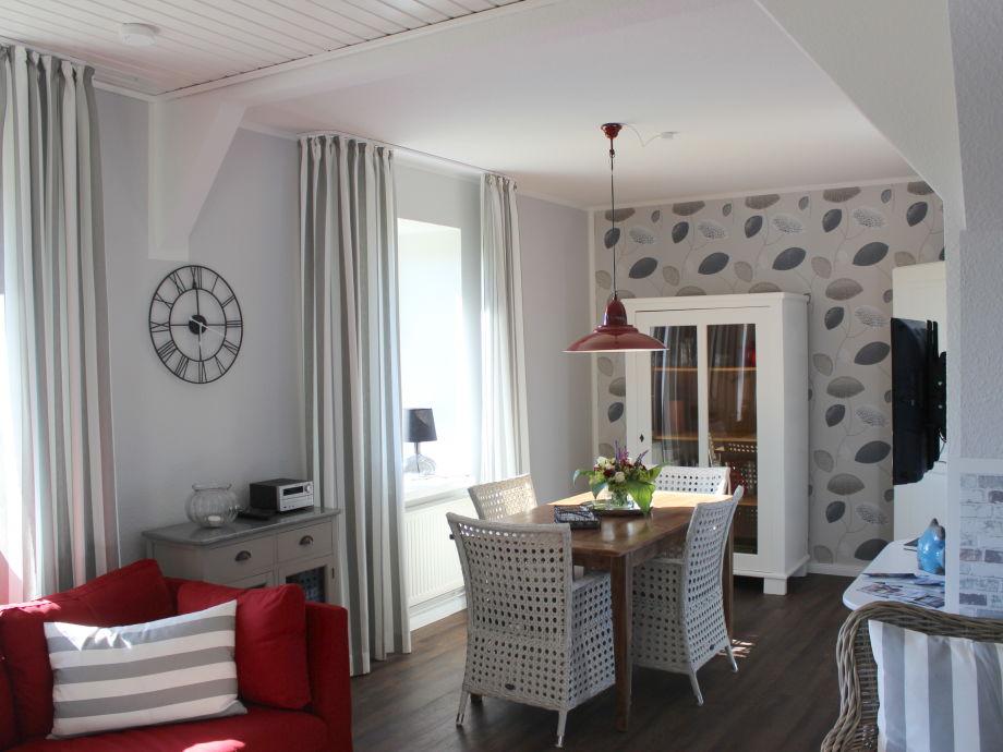 Wohnzimmer mit Sofa und Essecke