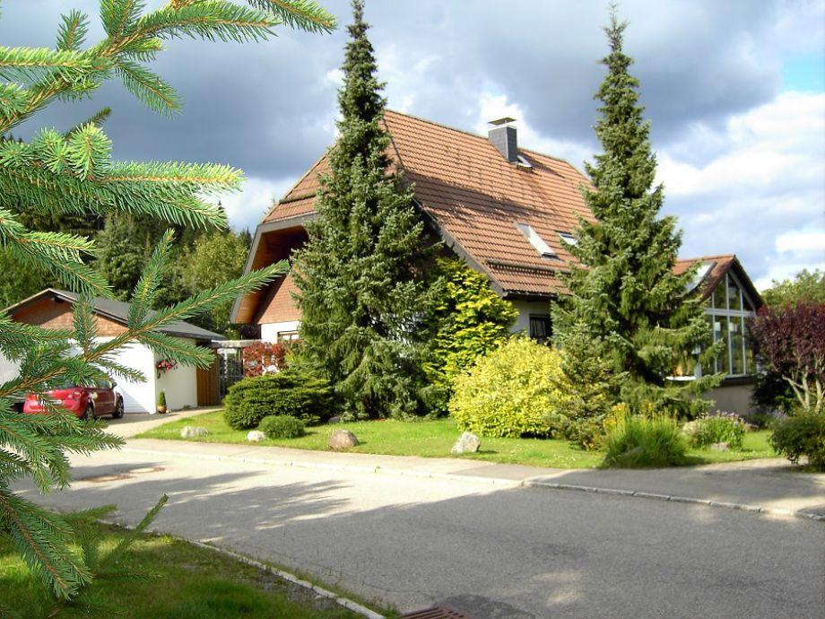 Das Haus von der Straße aus.