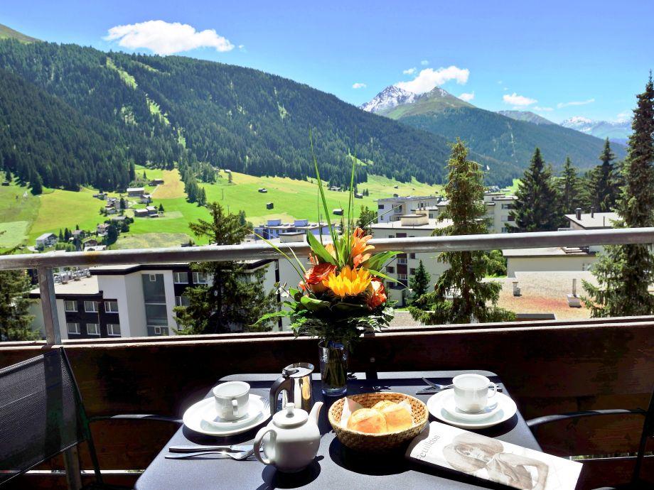 Freier Blick vom Balkon auf die Davoser Berge