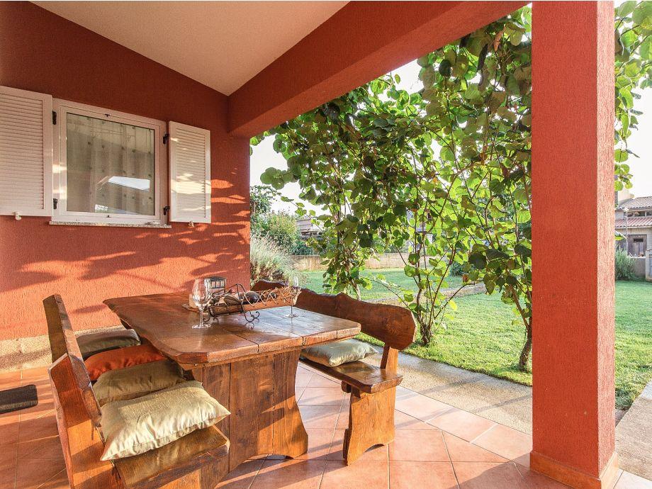 Überdachte Terrasse mit Blick auf den Garten