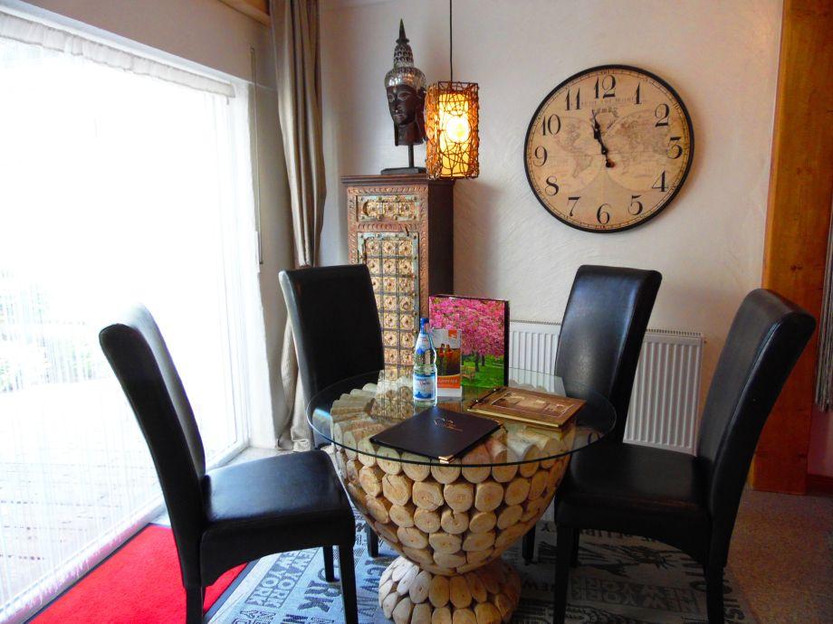 Essbereich mit Designertisch-Blick Garten/Terrasse