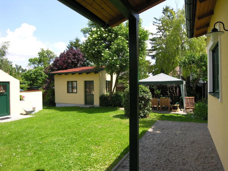 Blick vom Ferienhaus in den Garten mit Terrasse