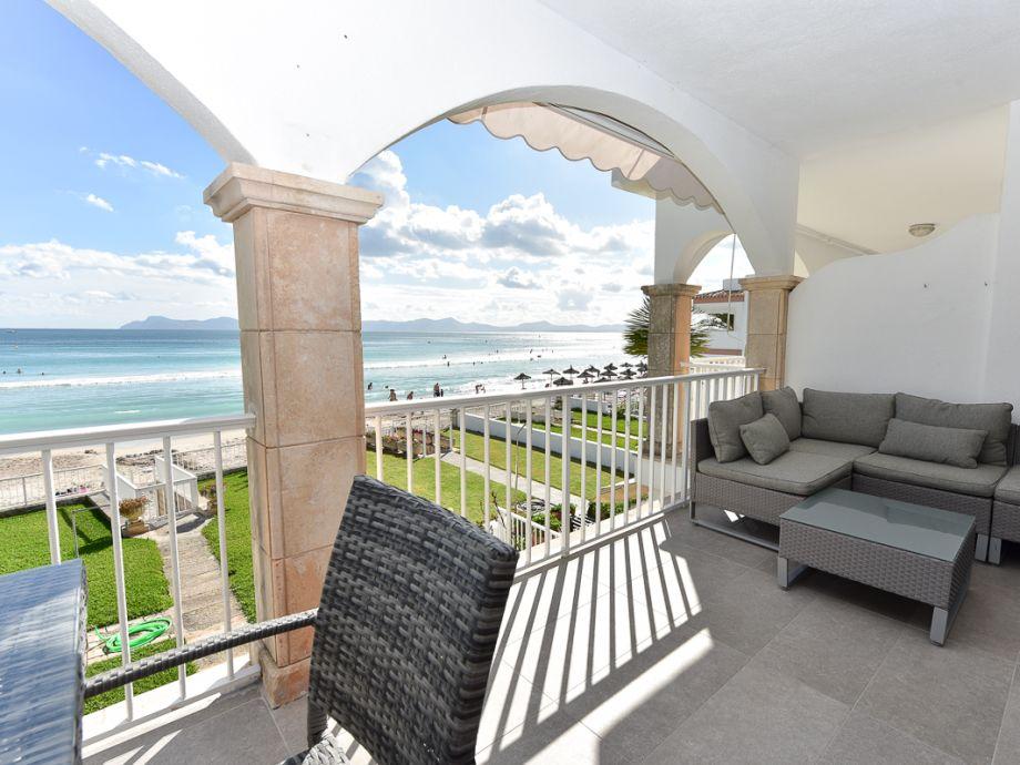 Großer Balkon mit Meerblick und Loungeecke