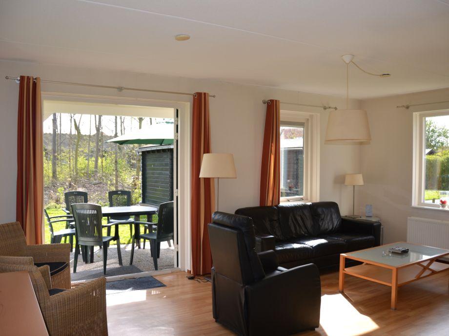 Das Wohnzimmer mit Zugang zur Terrasse