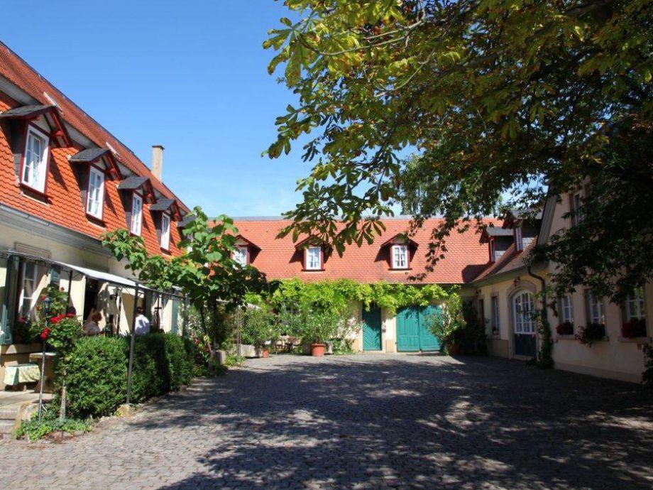 der denkmalgeschützte Innenhof mit Terrassen