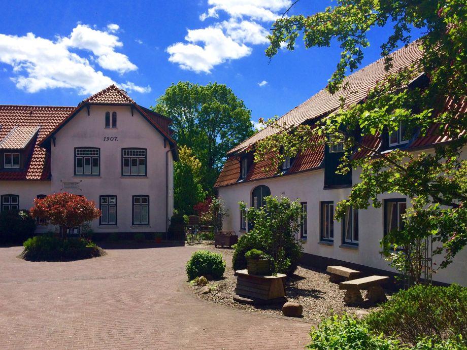 Herrenhaus Ensemble-hofeinfahrt