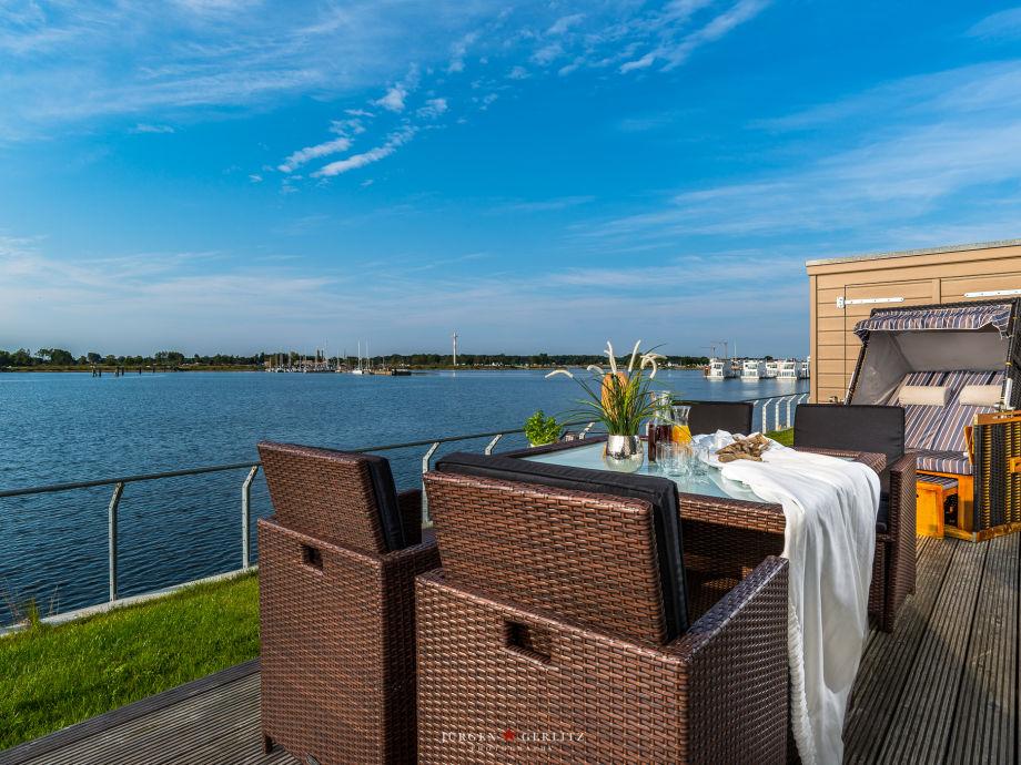 Terrasse mit Blick auf den Hafen der Ostsee
