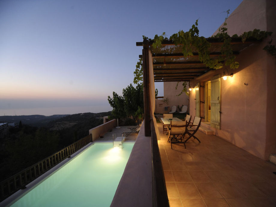 Stimmungsvoller Sonnenuntergang auf Terrasse genießen