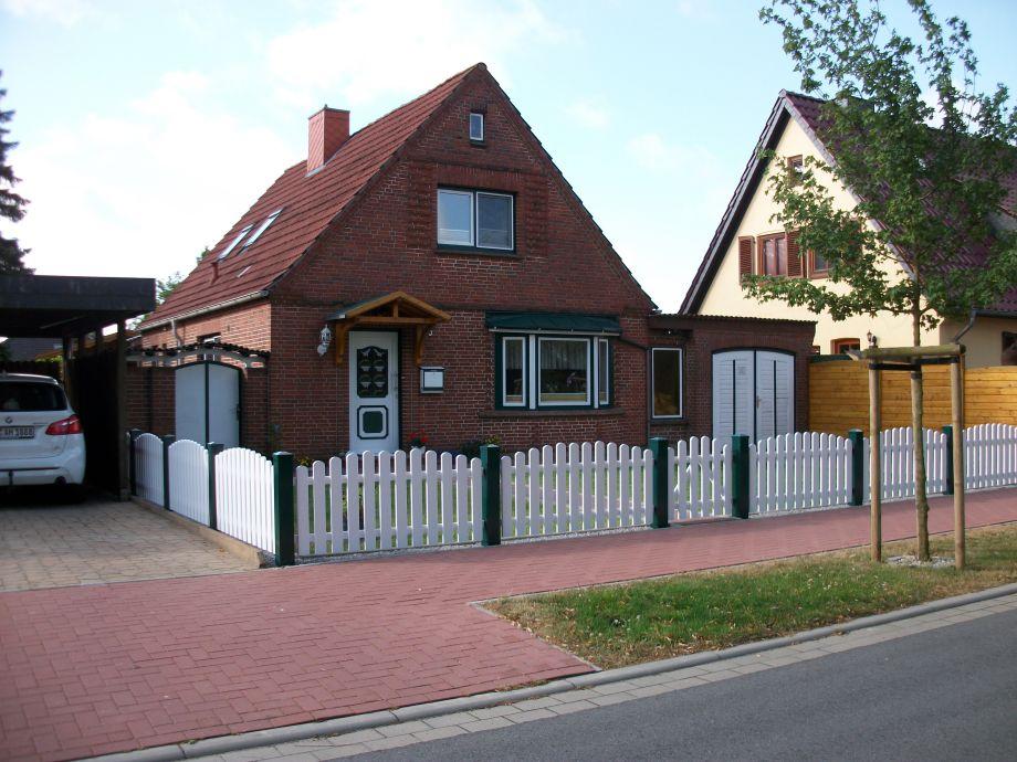 Ferienhaus von der Straße gesehen