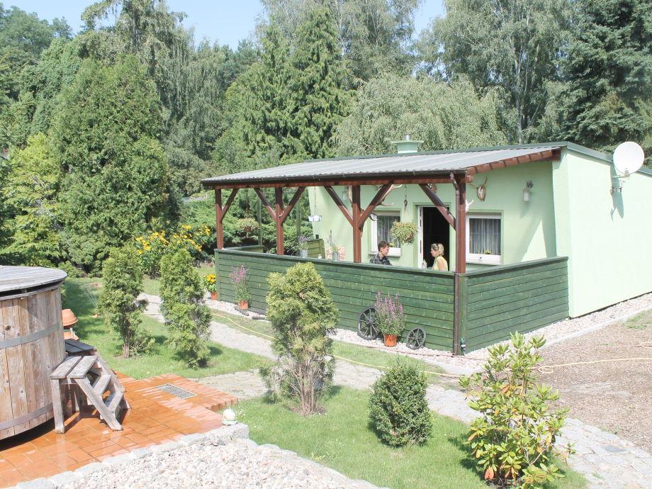 Außenansicht mit Terrasse und Badezuber