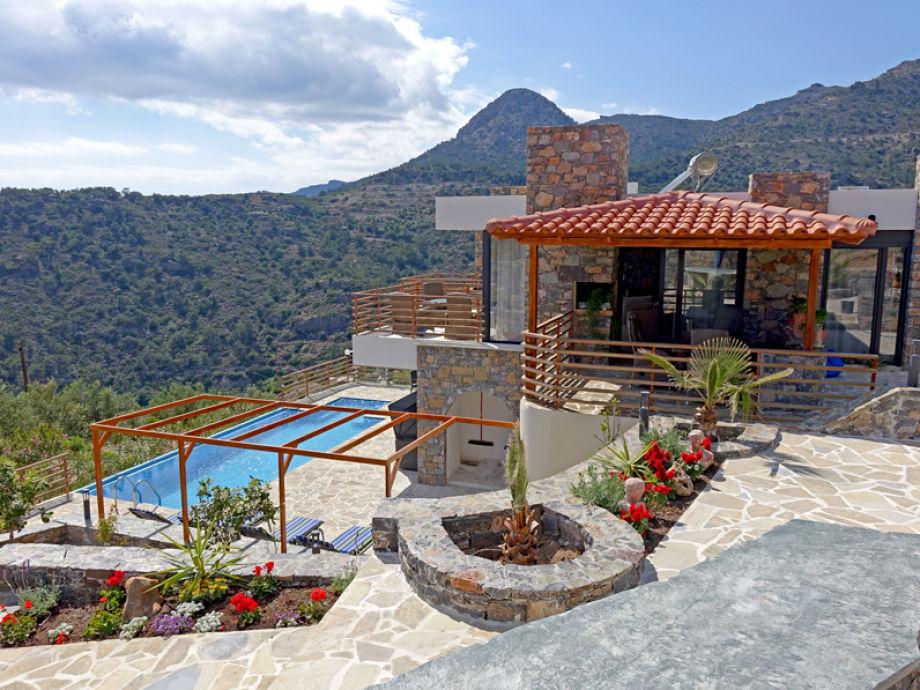 Gesamtansicht Villa Eileen mit Pool und Gartenanlage