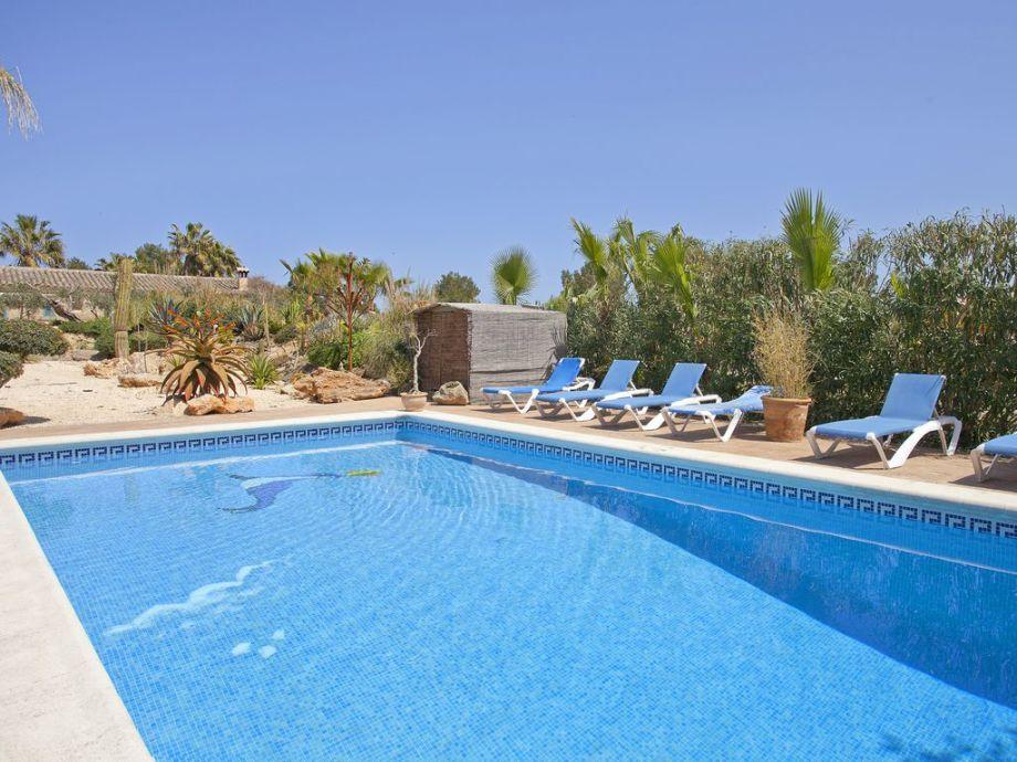 Großer Pool mit Sonnenliegen zur Entspannung