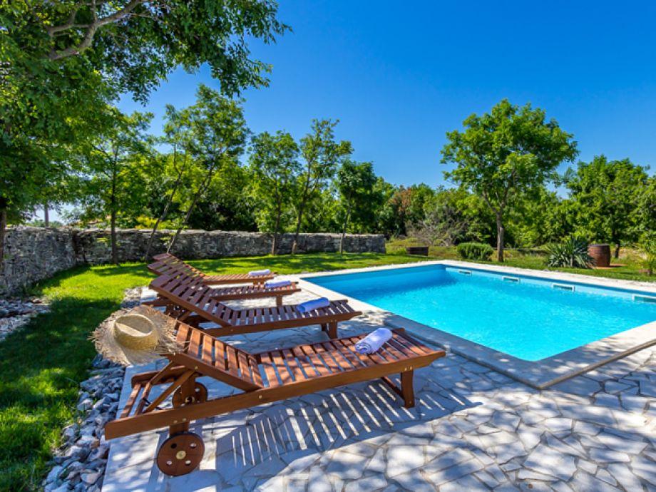 Sauberer Pool mit Sonnenliegen