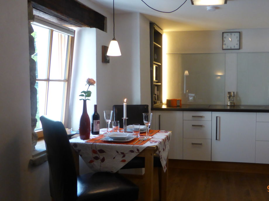 liebevoll eingerichtete Küche mit tollem Ausblick