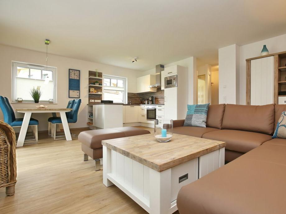 Blick vom Wohnbereich zur Küchenzeile