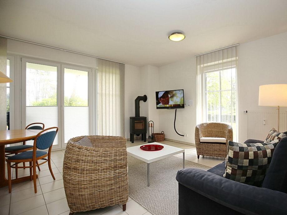Blick in den Wohnbereich mit TV