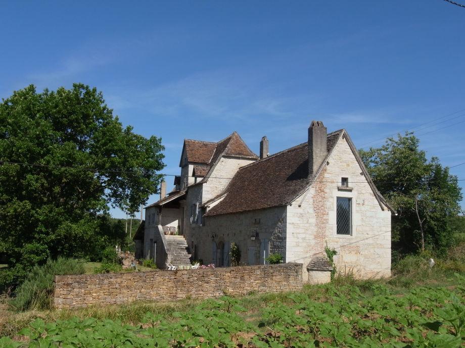 Das Bauernhaus unter blauem Himmel