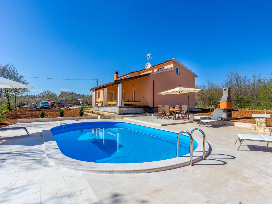 Große Gartenanlage mit Pool