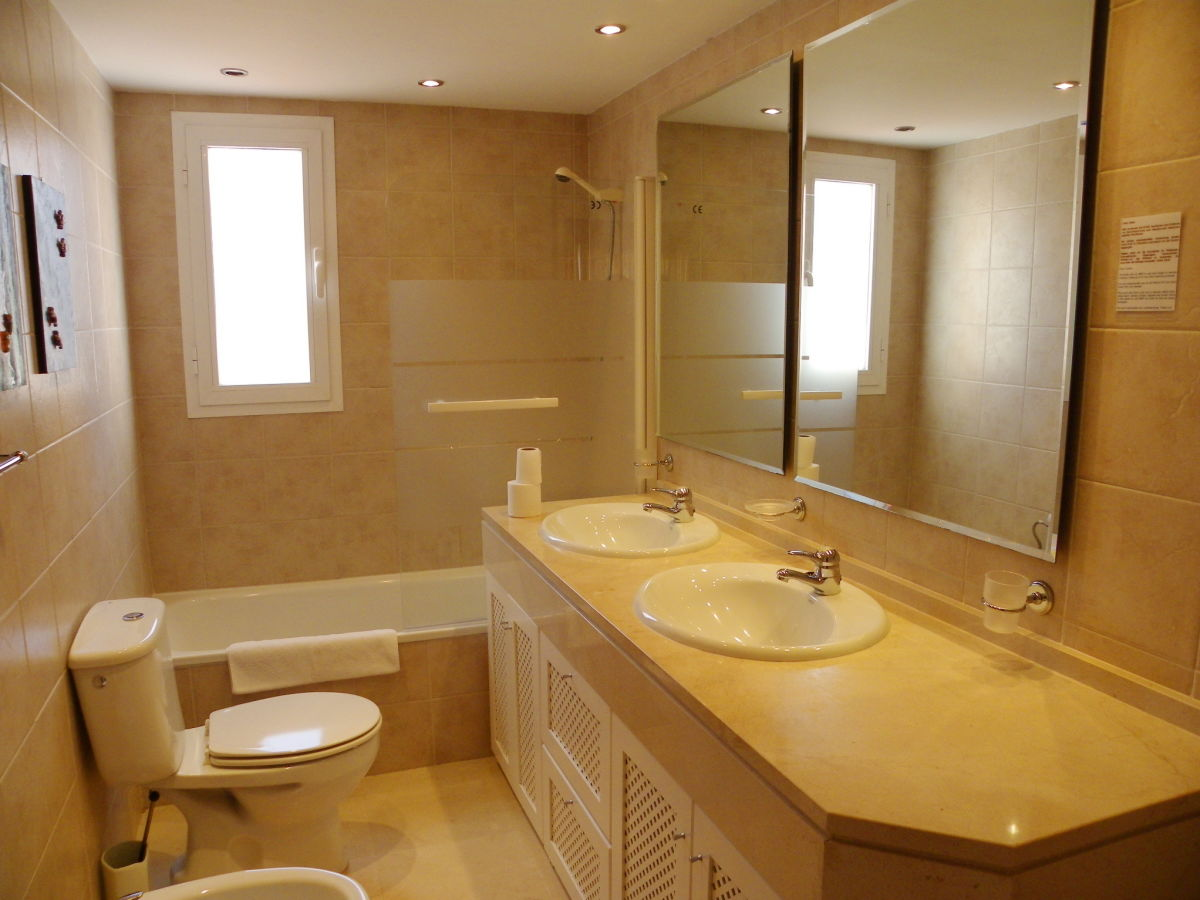 Holiday apartment penthouse seaside 1 estepona west for Masters toilet suites
