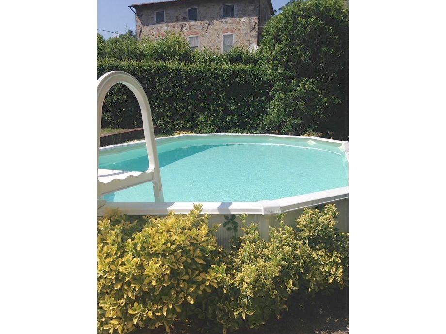 Pool im eingezäunten Garten