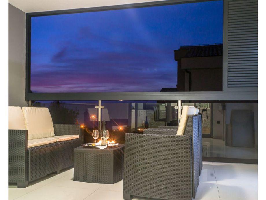 Überdachte Meerblick-Terrasse mit Grill