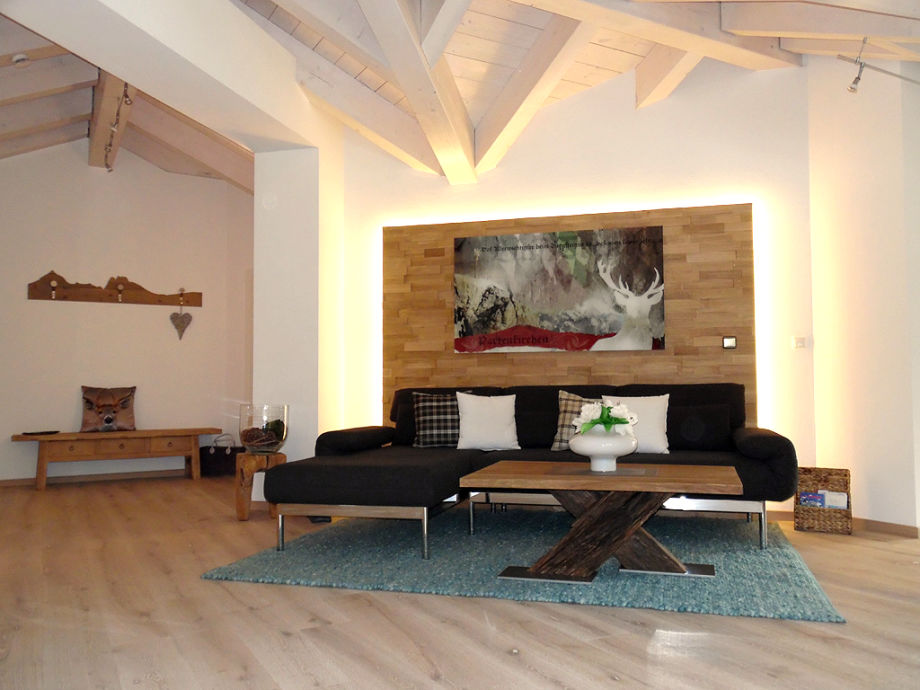 Stilvoll eingerichteter Wohnbereich mit großem Sofa