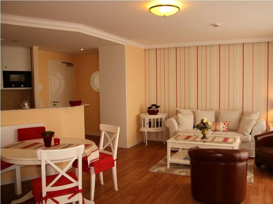 Wohnbereich mit Esstisch und offener Küche