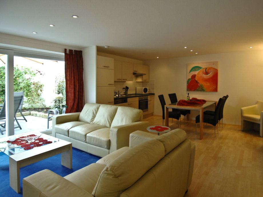 Wohnzimmer mit offener Einbauküche, Leseecke, Eßbereich
