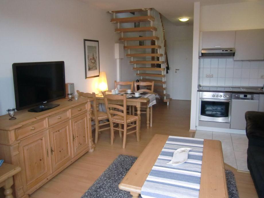 Wohnzimmer, Küche und Aufgang zum Schlafzimmer