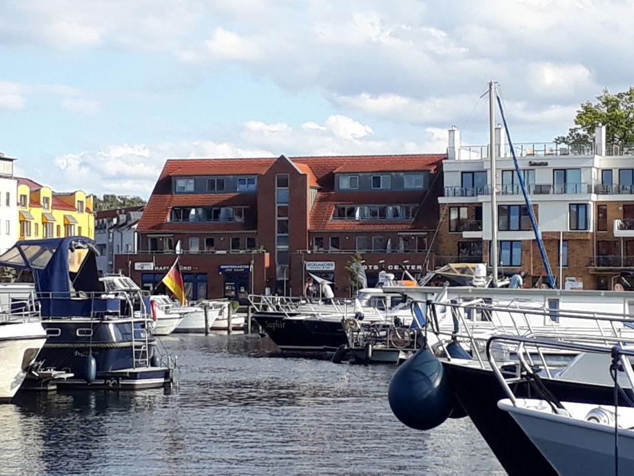 Blick auf das Haus über den Hafen