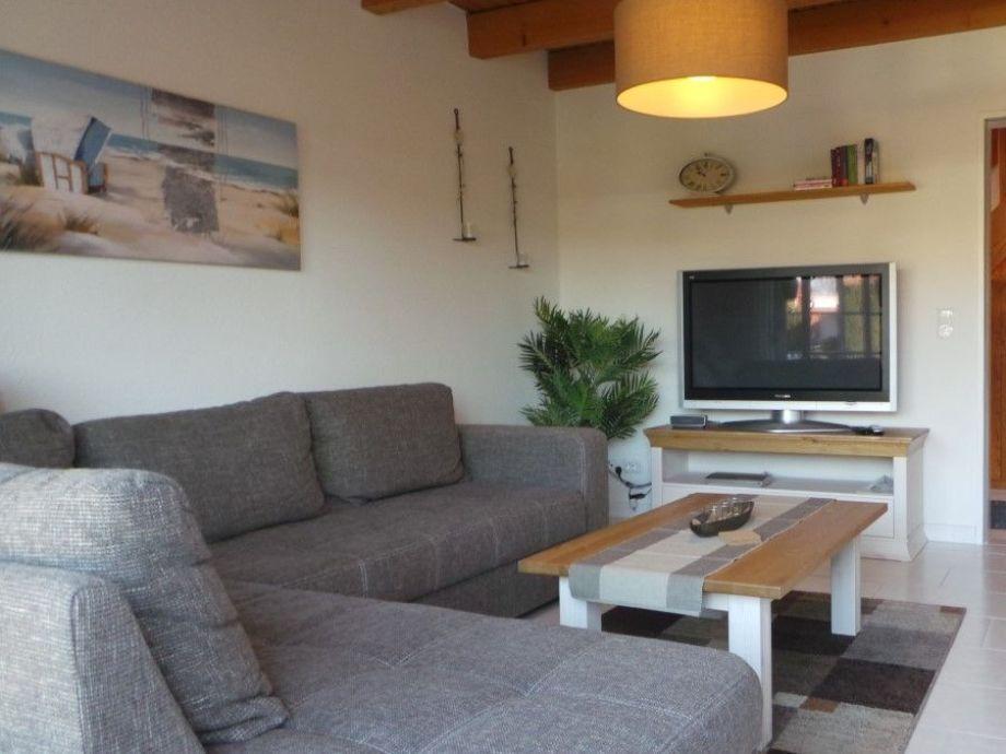 Gemütlicher Wohnbereich mit Flachbildfernseher
