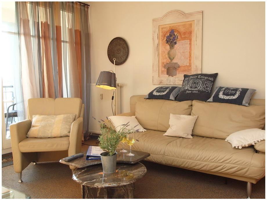 Wohnbereich mit Balkon und TV