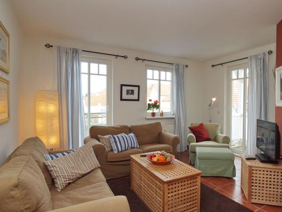 Wohnzimmer mit Balkon und Flatscreen-TV