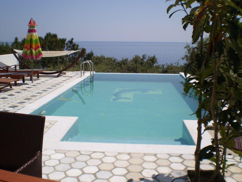 Der Pool von Villa Mythos mit Meerblick