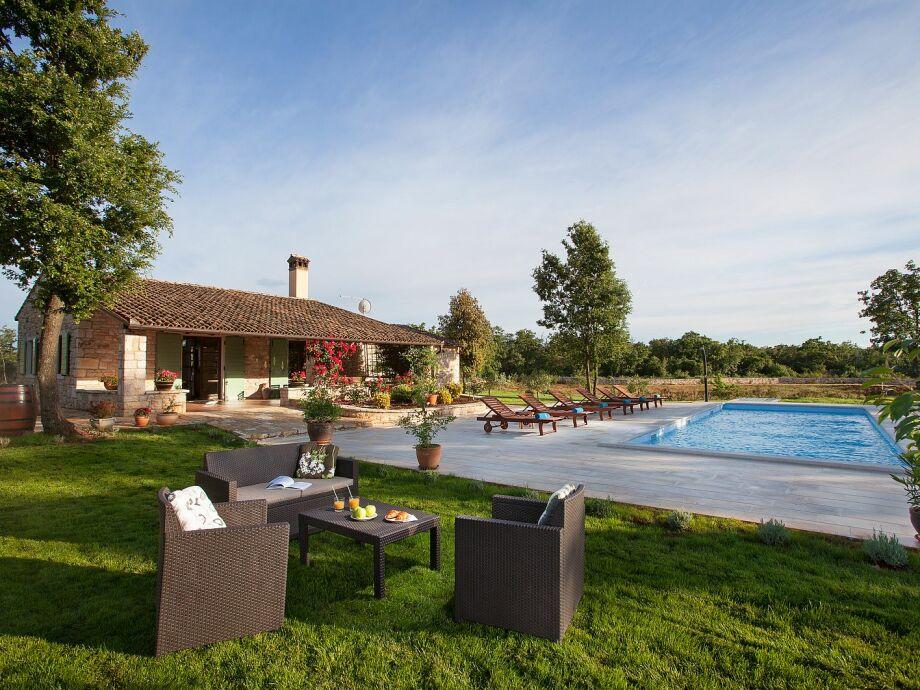 Außenbereich mit Pool und Sitzmöbeln