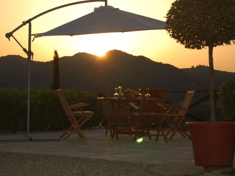 Auf der Terrasse den Sonnenuntergang verfolgen