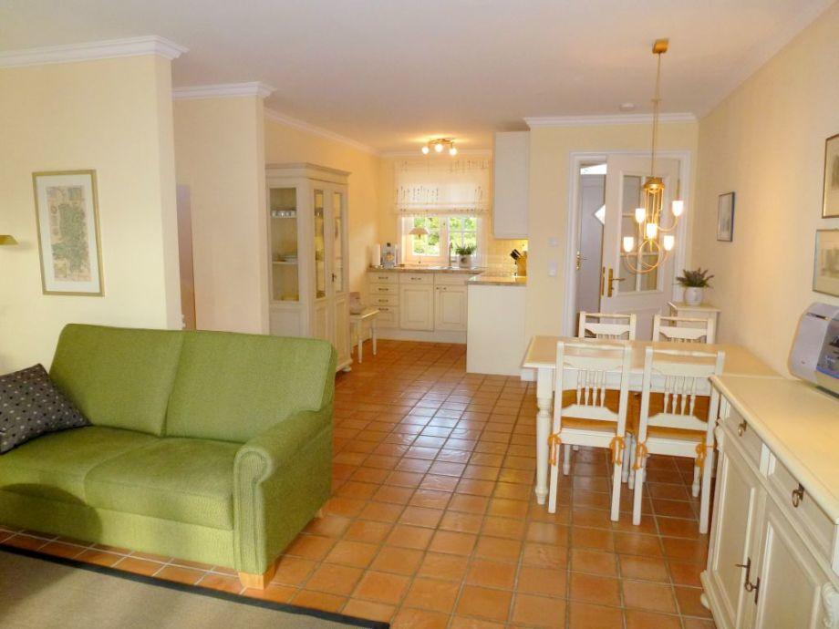 Großzügiger Wohnbereich bis Blick in die offene Küche.