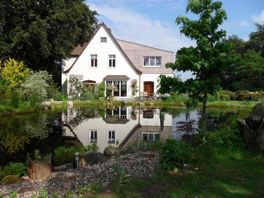 Haus vom Teich ausgesehen, oberen 3 Fenster, Ferienwohnung