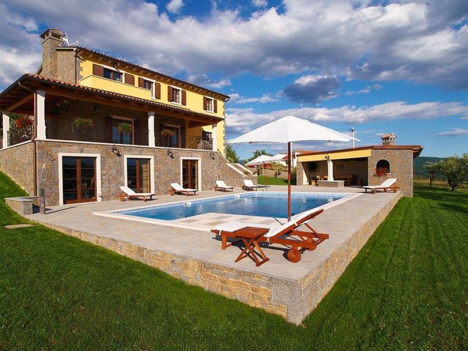 Außenbereich mit Pool und Sonnenliegen