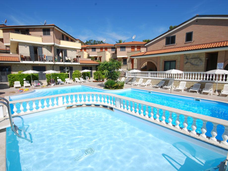 Ansicht der Anlage mit Pool