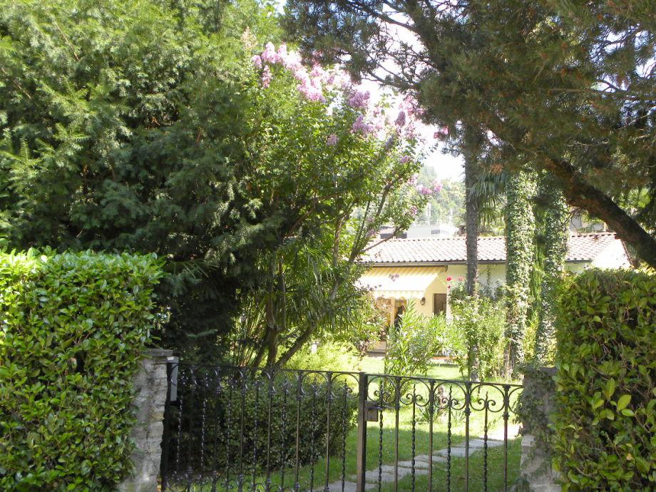 Haus und Garten, Sicht vom Weg aus