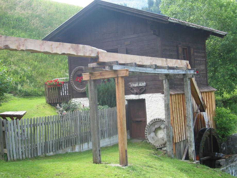 Die Mühle mit Gartenbank und Tisch