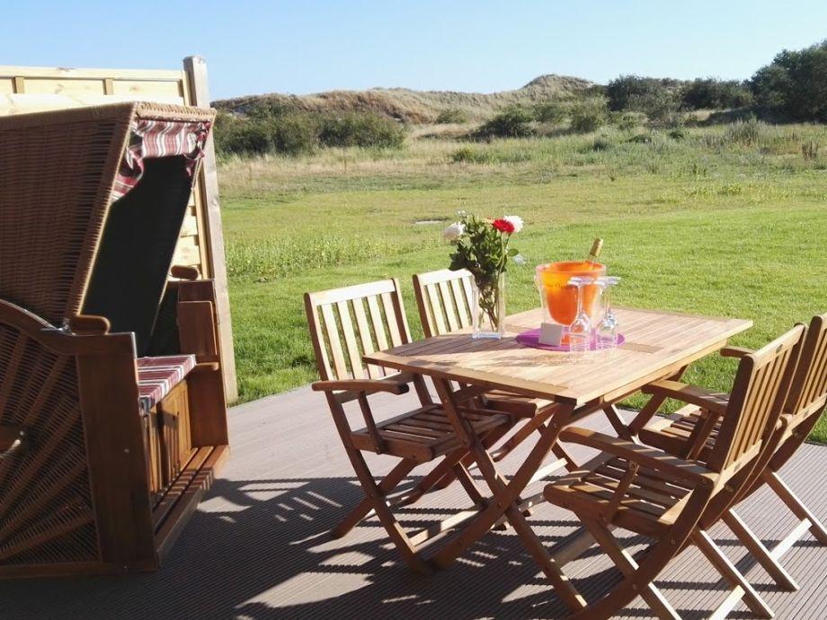 Terrasse mit Strandkorb und Gartenmöbel