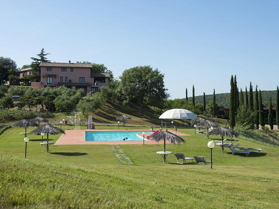 """Pool mit Blick auf einen Teil von """"Poggio Corbello"""""""