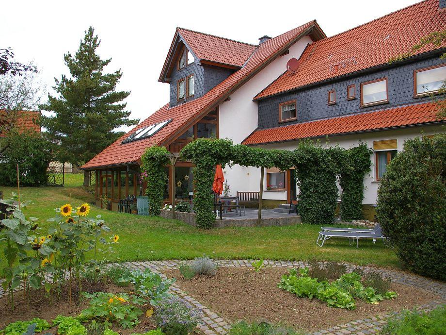 Der Garten mit Sonnenliegen und die Terrasse