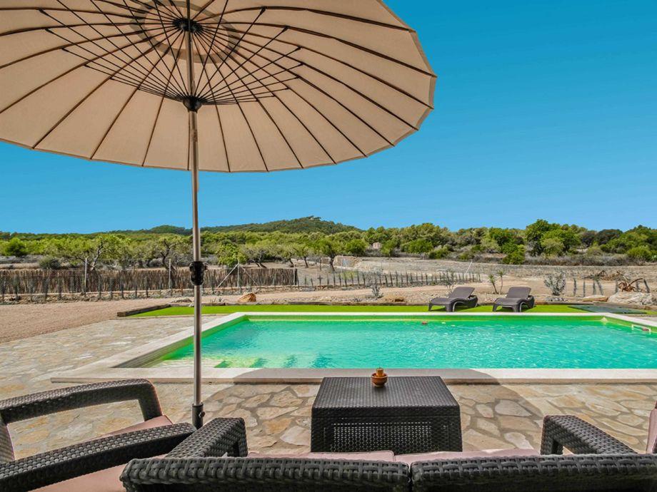 Großer Pool bereich mit Terrasse und Gartenmöbeln