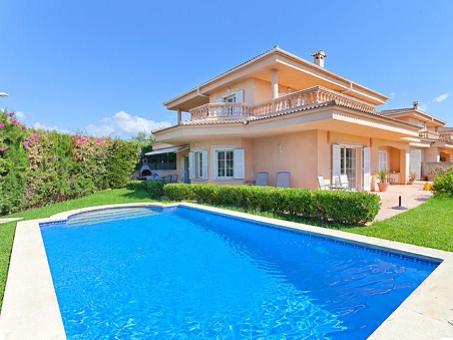 Villa Palmera mit Pool und grünem Grundstück